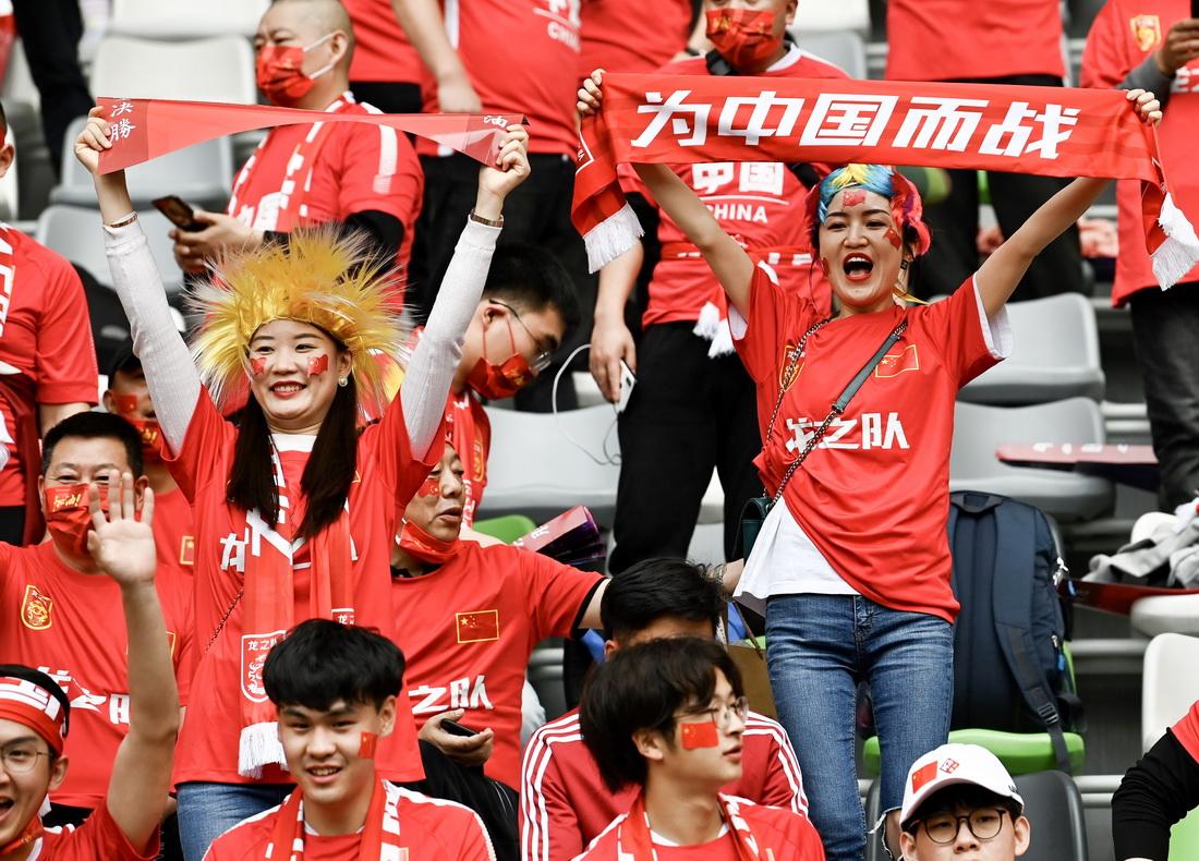在比分暂时落后时,球迷们齐声高唱国歌,为中国女足姑娘们加油。