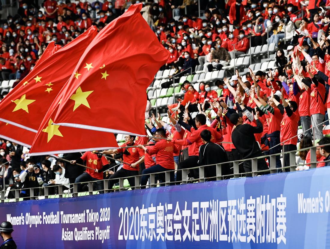 本场比赛共有1万3千多名球迷,主席台对面的看台座无虚席。