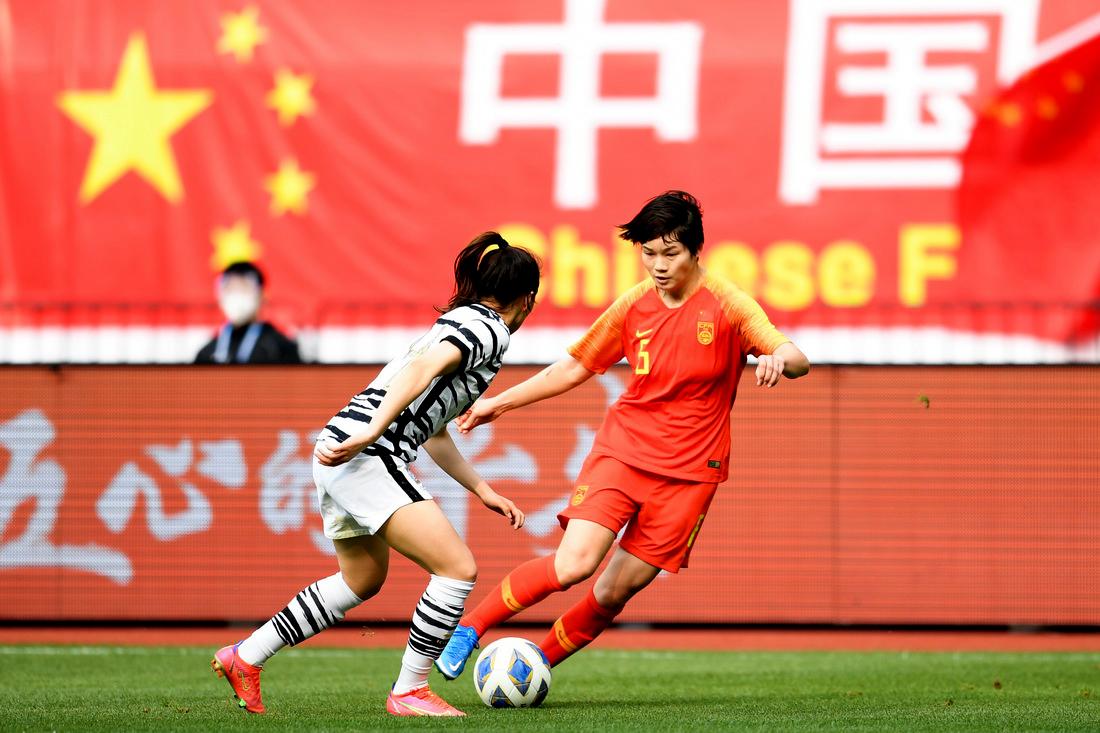 中国女足队员上海姑娘张馨在比赛中拼抢