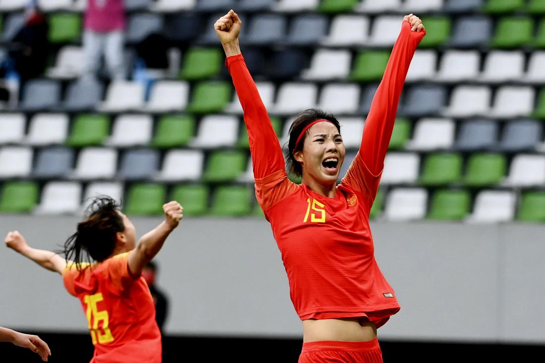 中国女足队员杨曼庆祝进球