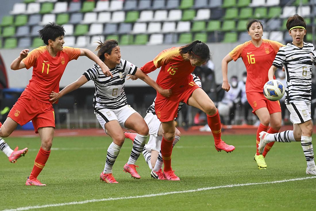 中国女足队员杨曼在比赛中