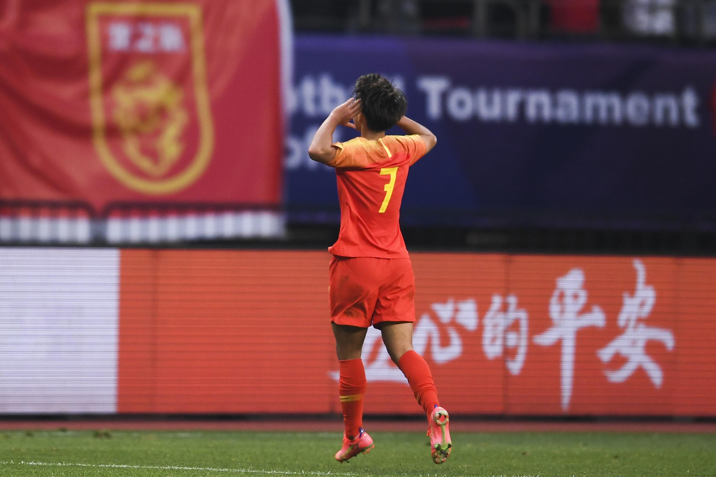 王霜庆祝进球。