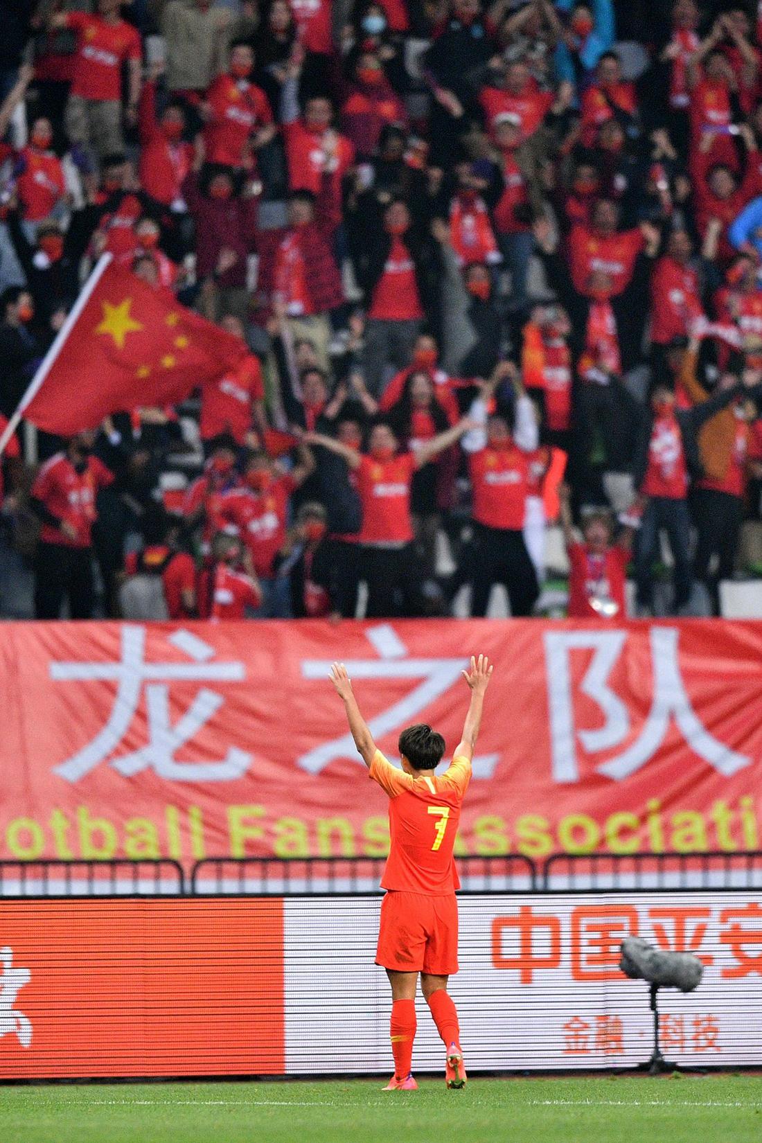 进球后,王霜跑向看台向中国球迷致谢。她帮助中国女足打进了决胜的进球。
