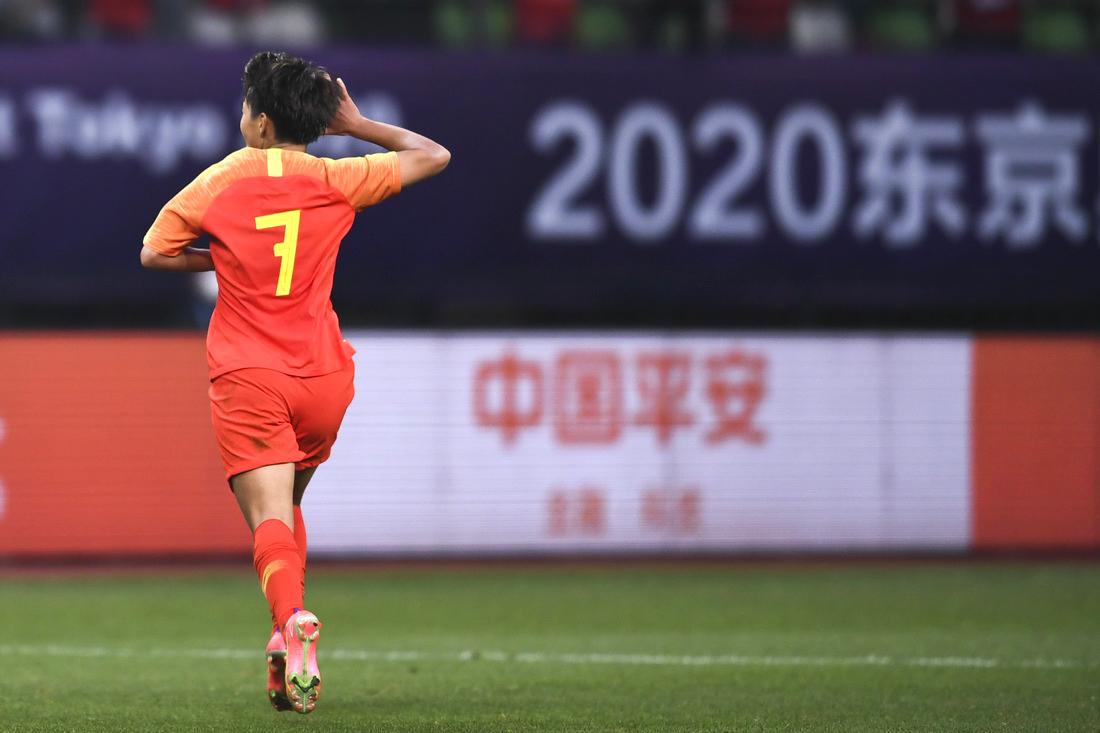 加时赛上半场,中国女足队员王霜为本队再下一城