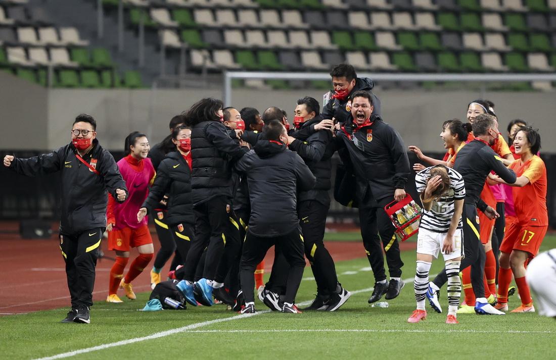 比赛结束后,中国女足队员和教练庆祝来之不易的胜利。