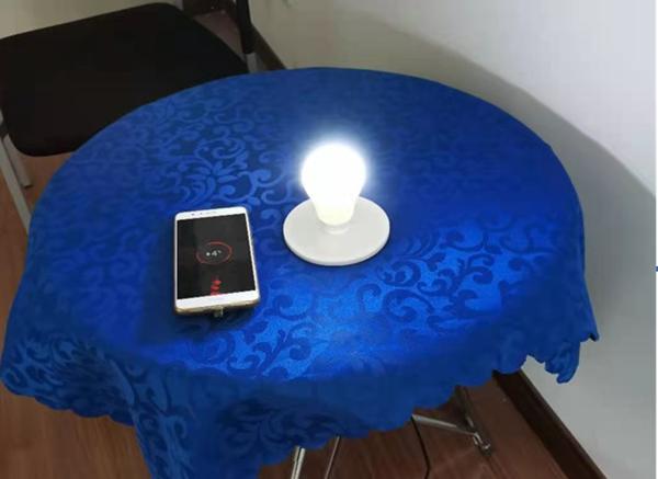 上海大学的手机隔空充电及灯具供电演示