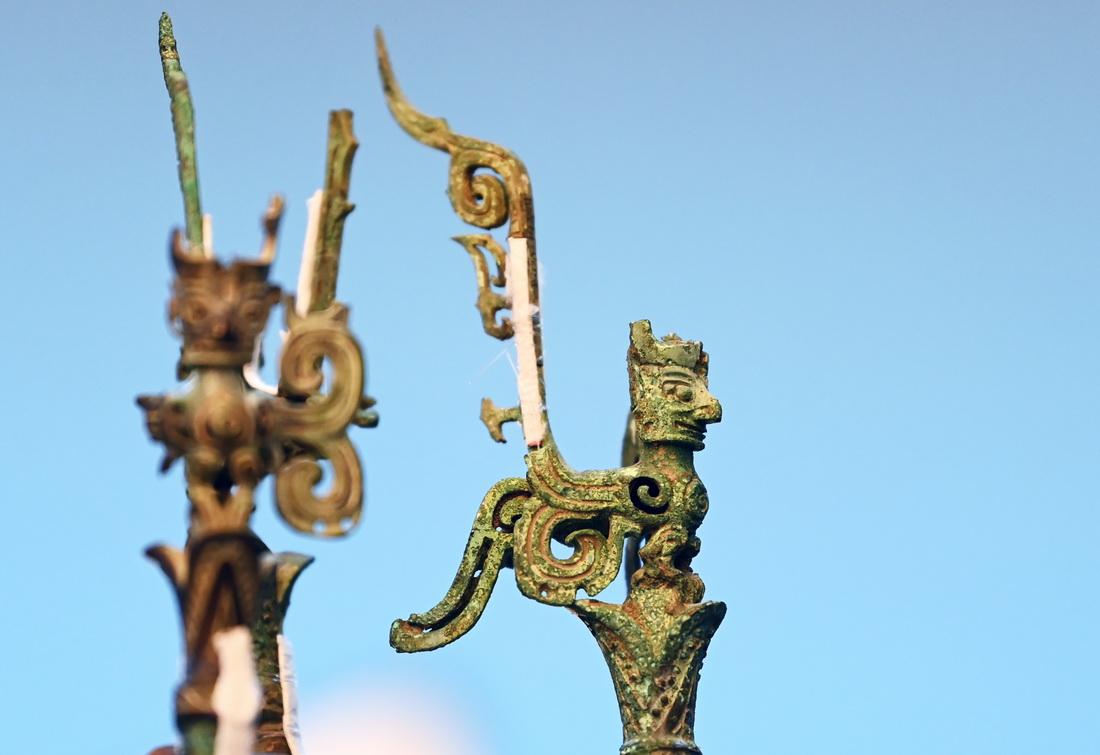 3号神树树干顶端的人面鸟身神像。