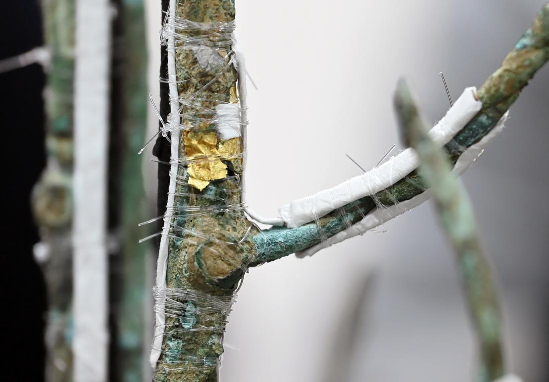 3号青铜神树树干上残留的金箔。虽然修复线索比较鲜明,但包裹的金箔范围还有待研究。