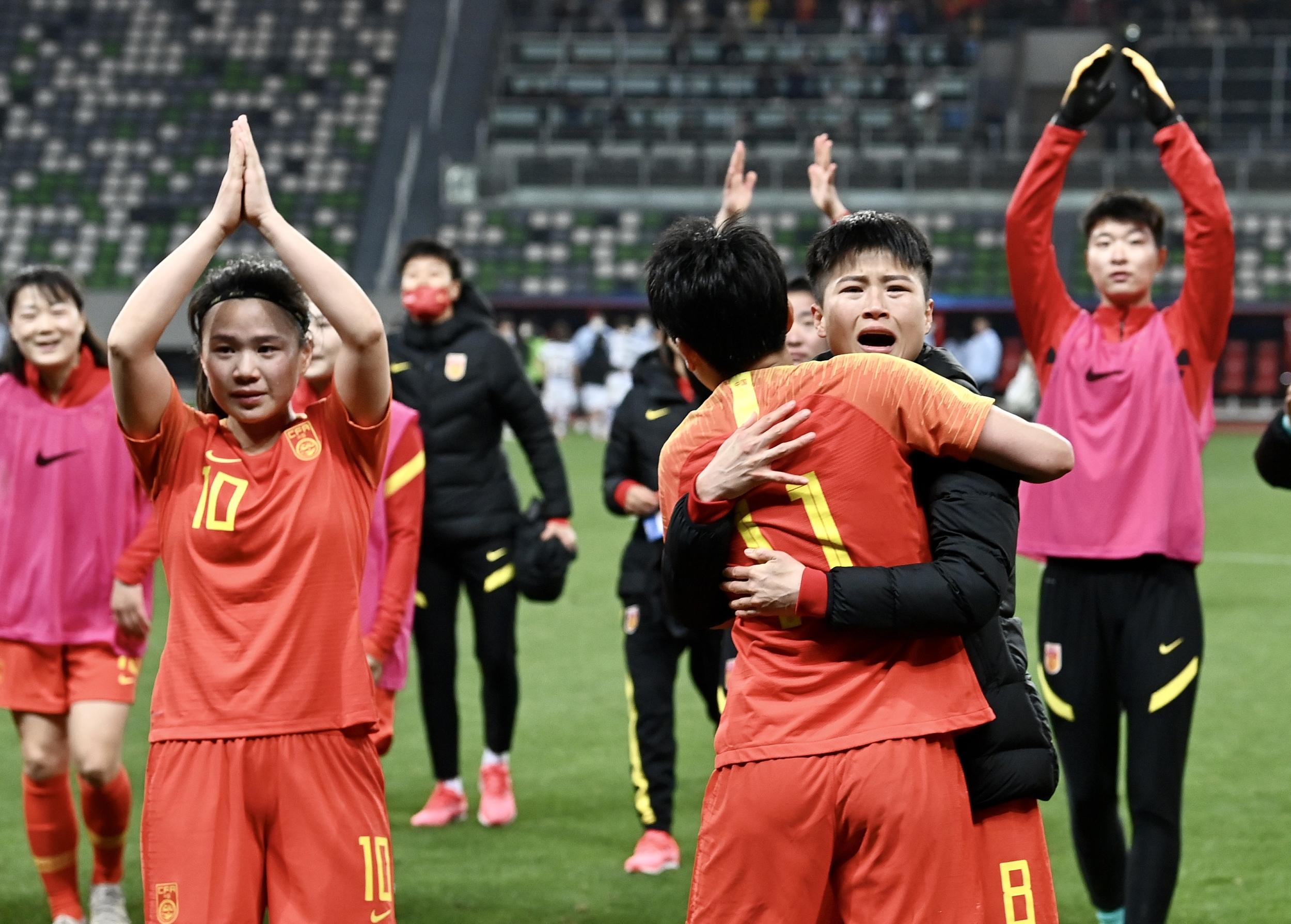 中国女足球员赛后感谢球迷。