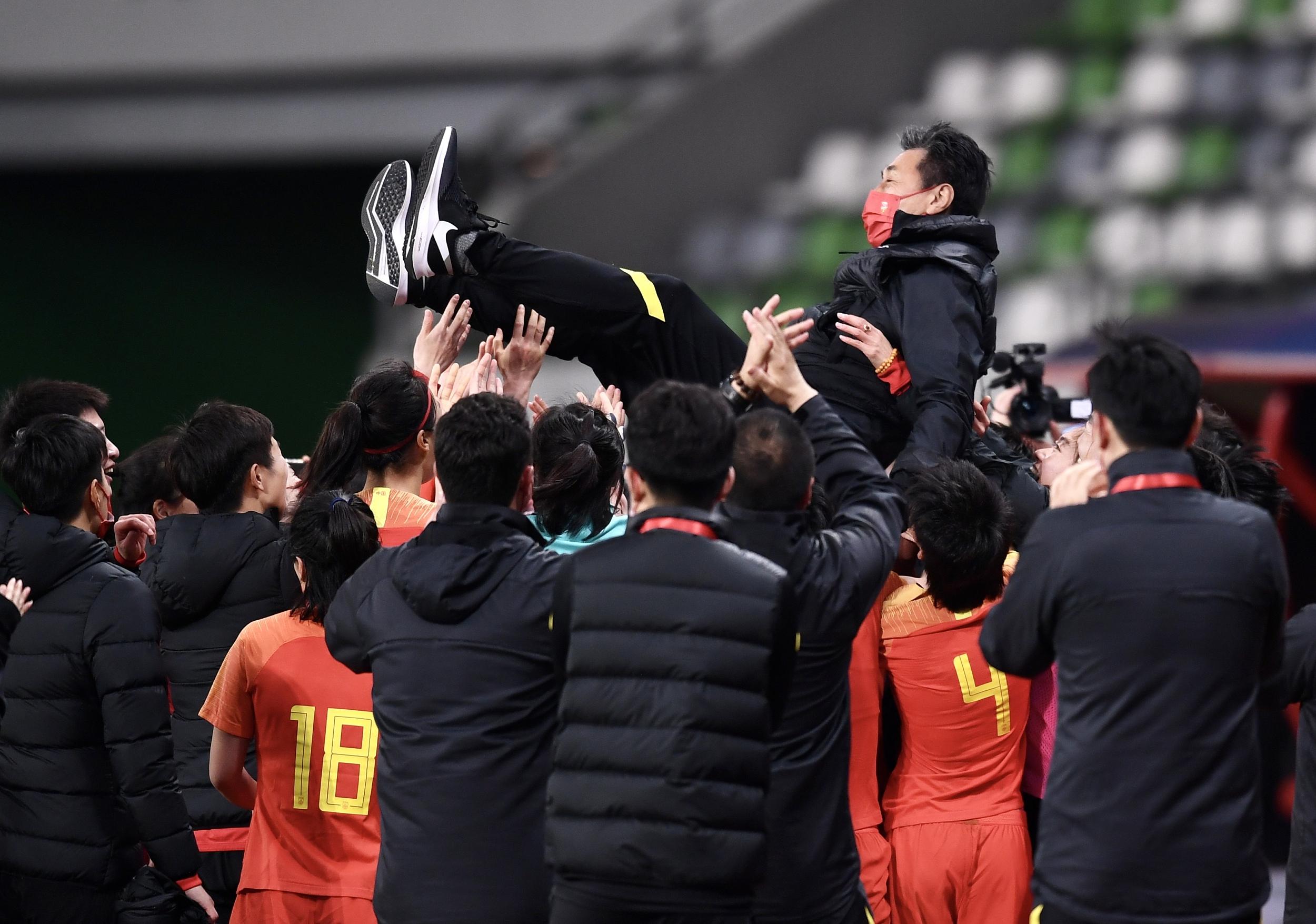 中国女足球员抛起贾秀全。