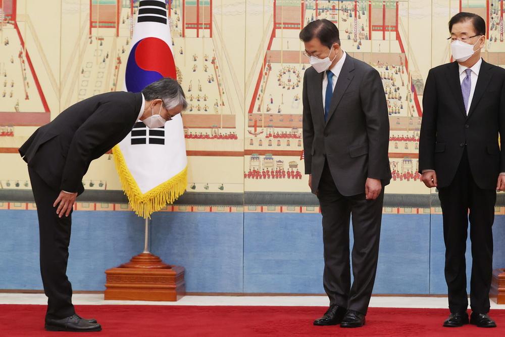 当地时间2021年4月14日,韩国首尔,韩国总统文在寅接受日本驻韩大使相星孝一递交的国书。文在寅面告日本大使:韩方对日本排废入海决定深感忧虑,请向日本政府转达立场。