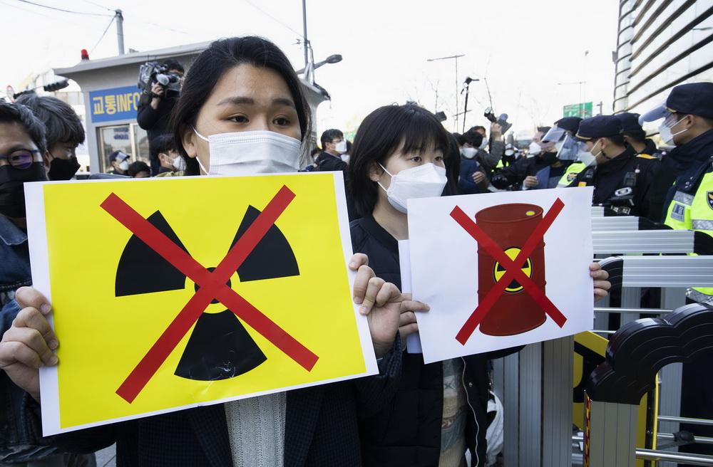"""当地时间2021年4月14日,韩国首尔光化门广场,公民团体""""韩国素食联合""""举行示威,抗议日本政府决定排核污水入海。"""