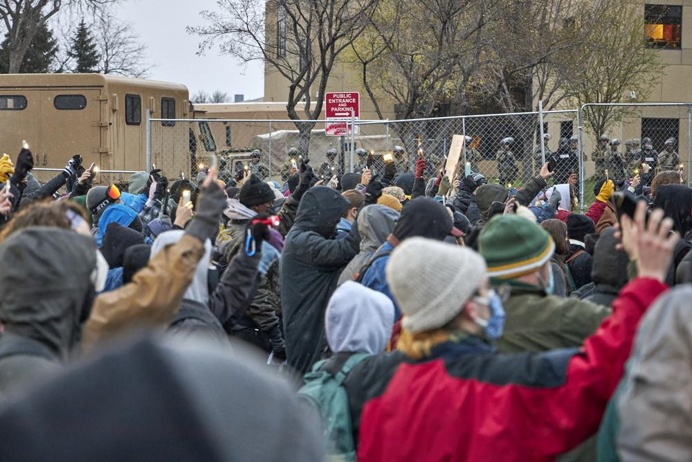 当地时间2021年4月13日,民众在美国明尼苏达州布鲁克林森特市警察局外抗议示威。 美国明尼苏达州布鲁克林森特市警察11日向一名非洲裔嫌疑人开枪并致死事件在当地引发持续抗议示威。