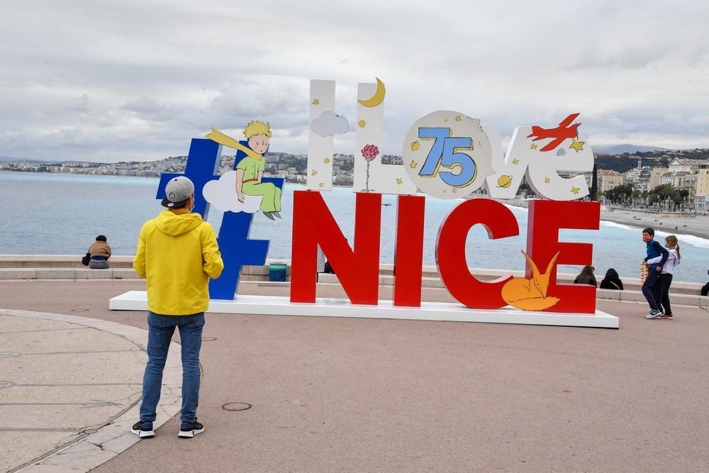 当地时间2021年4月11日,法国尼斯,《小王子》第一版出版75周年,尼斯市在著名的英国人海滨大道竖立起相关雕塑,向作者法国作家安托万·德·圣-埃克苏佩里致敬。