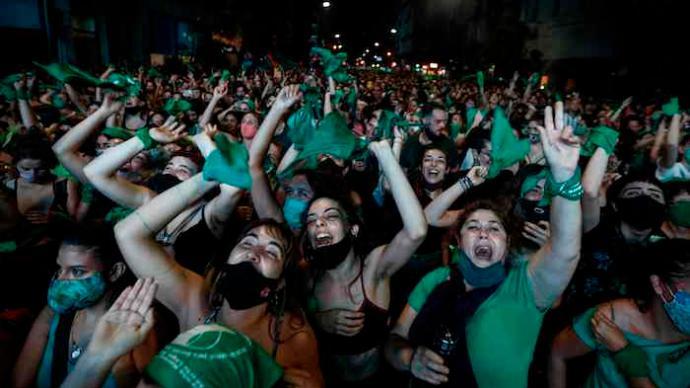 """阿根廷""""绿色浪潮"""":一份堕胎法案,半部女性斗争史"""