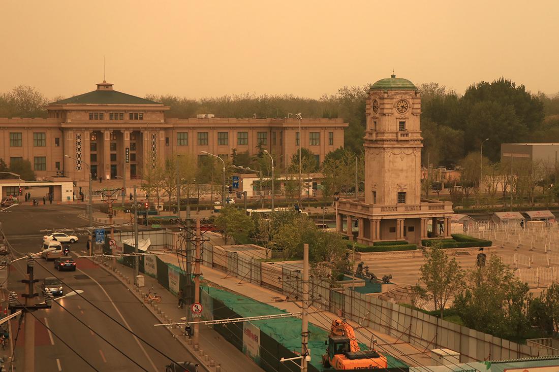 4月15日下午,北京沙尘初至,随风弥散,黄沙逐渐笼罩整个天空。人民视觉 图