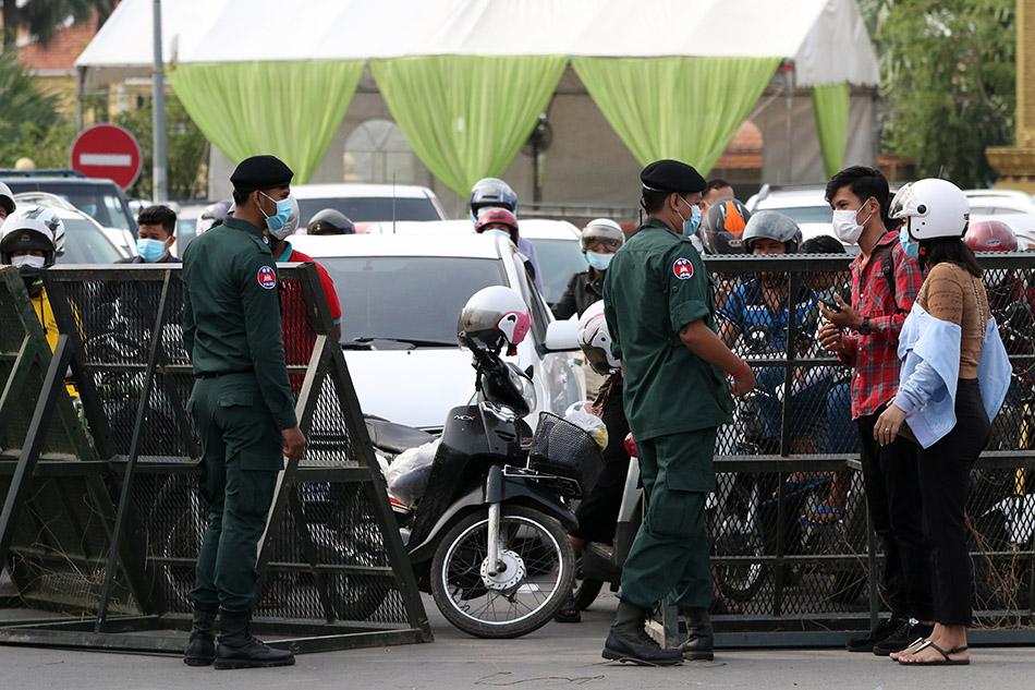 """当地时间2021年4月15日,警察在柬埔寨金边与干丹省交界处设立路障,禁止民众跨省流动。柬埔寨连日来新冠确诊病例数激增,首都金边和干丹省的达克茂市从15日起""""封城""""两周至28日,以遏制疫情蔓延。据柬埔寨卫生部15日通报,该国较前一日新增新冠确诊病例344例,其中金边新增243例。"""