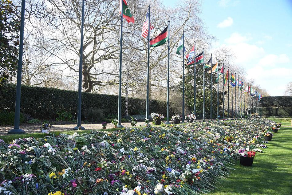 当地时间2021年4月15日,英国伦敦,Marlborough House的花园内,民众留下了花束及卡片,以悼念菲利普亲王。