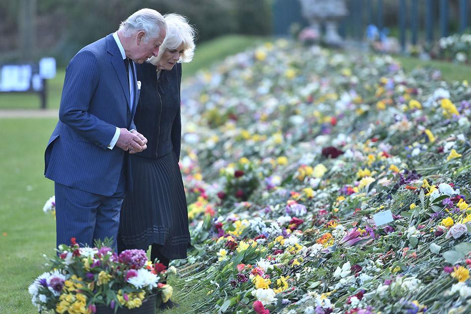 当地时间2021年4月15日,英国伦敦,英国王储查尔斯王子与妻子康沃尔公爵夫人卡米拉在菲利普亲王去世六天后公开亮相,现身Marlborough House的花园查看民众留下的悼念花束及纪念卡片。