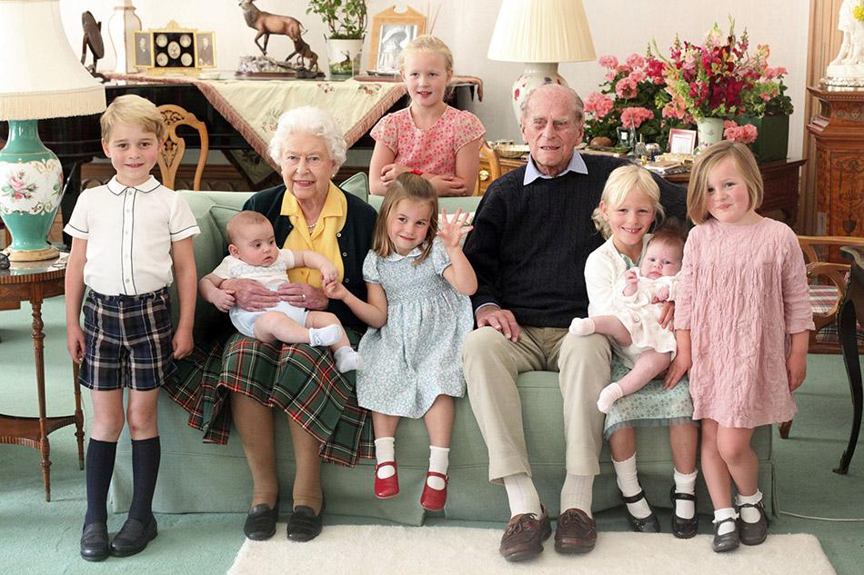 剑桥公爵夫妇于14日分享菲利普亲王在巴尔莫勒尔城堡与曾孙们的合影。