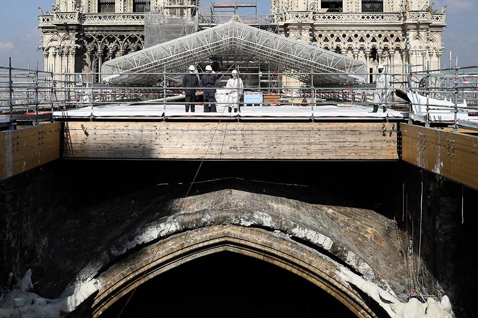 当地时间2021年4月15日,法国巴黎,在法国的文化地标巴黎圣母院遭遇大火事故两周年之际,法国总统马克龙现身修复工作现场。