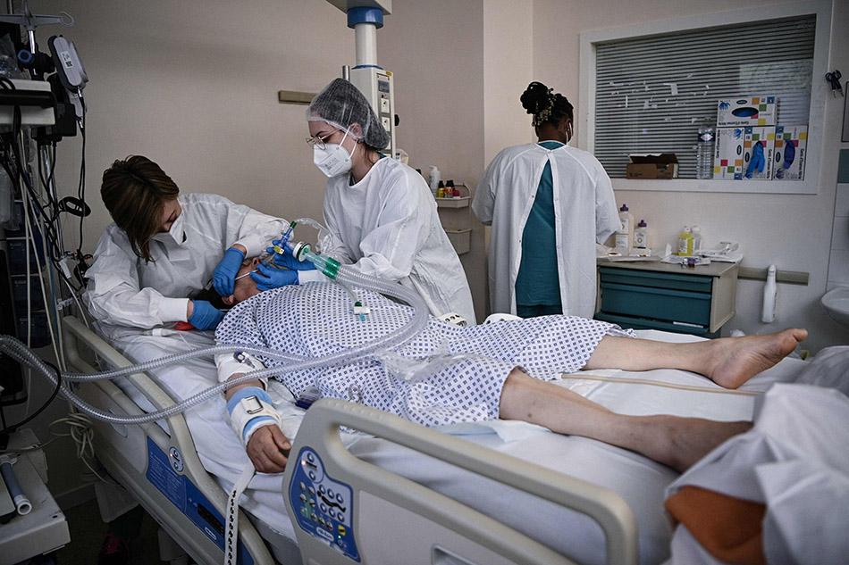 当地时间2021年4月15日,法国巴黎东部Bry-Sur-Marne,医护人员照顾新患者。根据法国公共卫生部门的统计,过去24小时,法国新增新冠肺炎确诊病例38045例,累计确诊5187879例;新增死亡病例300例,累计死亡超过10万例,达到100077例。目前法国共有30668名患者住院接受治疗,其中重症患者有5924名。