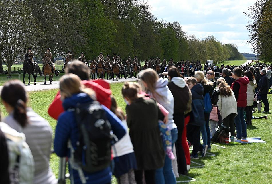 当地时间2021年4月15日,英国举行菲利普亲王葬礼彩排,不少民众在附近围观。菲利普亲王葬礼将于17日举行。
