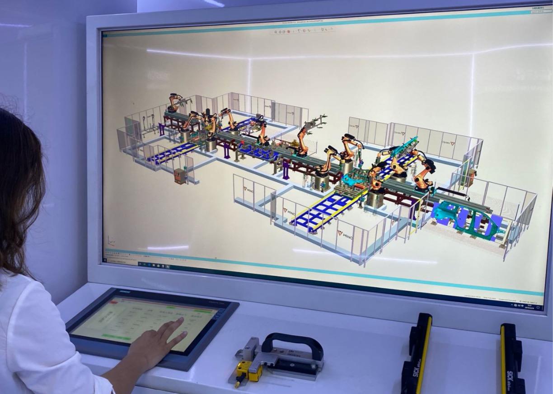 明珞工作人员演示虚拟制造平台。澎湃新闻记者 李季 图