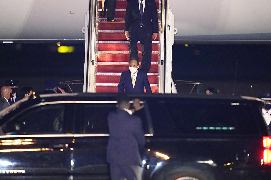 当地时间2021年4月15日,日本首相菅义伟乘飞机抵达美国。日本政府13日宣布,菅义伟将于4月15日至18日访问美国。美国华盛顿当地时间16日,菅义伟将与美国总统拜登举行首脑会谈。菅义伟将成为拜登作为总统举行面对面会谈的首位外国首脑。