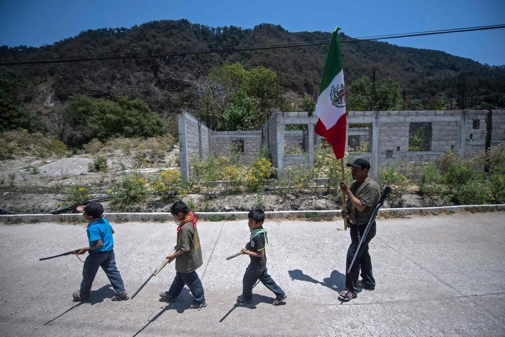 当地时间2021年4月10日,墨西哥格雷罗州阿亚瓦尔特姆帕村,男孩参加社区协调员义务警队的训练。CRAC-PF义务警队训练年龄低至5岁的儿童,使他们能够保护自己免受在该地区活动的毒品犯罪集团的伤害。