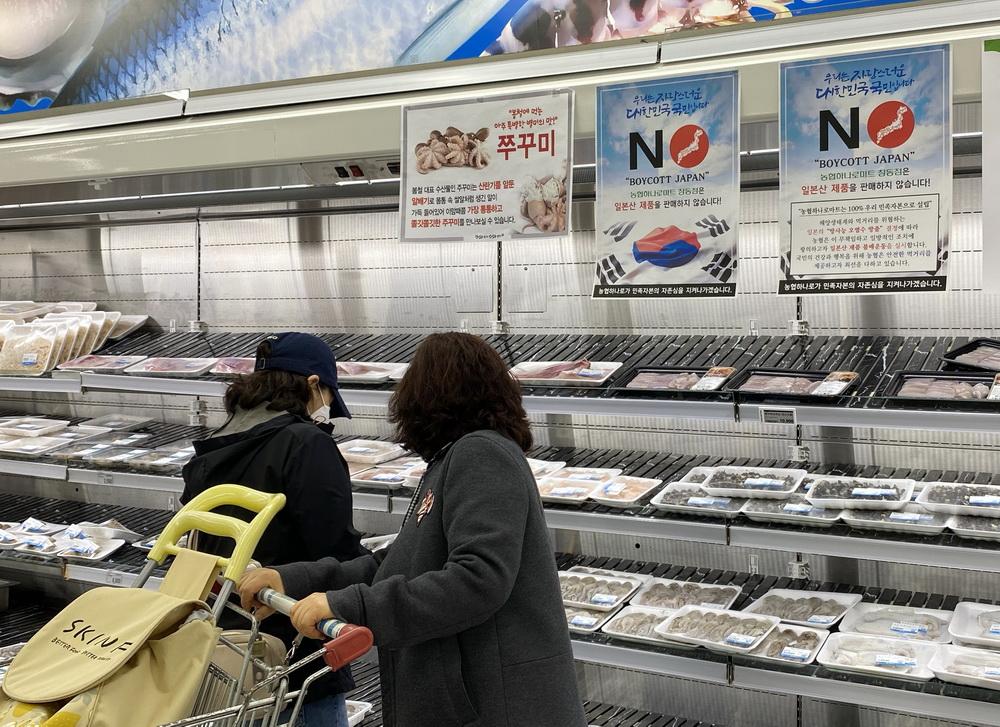 """当地时间2021年4月15日,韩国首尔,某大型超市海产品售卖区挂出""""抵制日货""""等标语。针对日本决定将福岛第一核电站核污染水排放入海一事,韩国各界表示抗议和质疑。"""