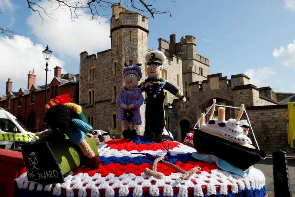 当地时间2021年4月16日,英国温莎,菲利普亲王葬礼即将在17日在温莎城堡举行,工作人员正在做最后的准备工作。