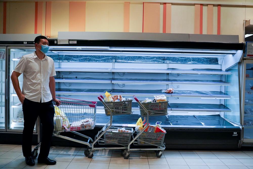 """当地时间2021年4月15日,柬埔寨金边,当地""""封城""""两周以遏制新冠疫情蔓延,民众购买日常用品和食品,货架被扫空。"""