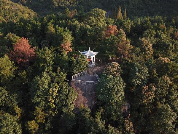 陶山圣迹:炼丹崖,其上有双坑,传为陶弘景炼丹时长跪所留。