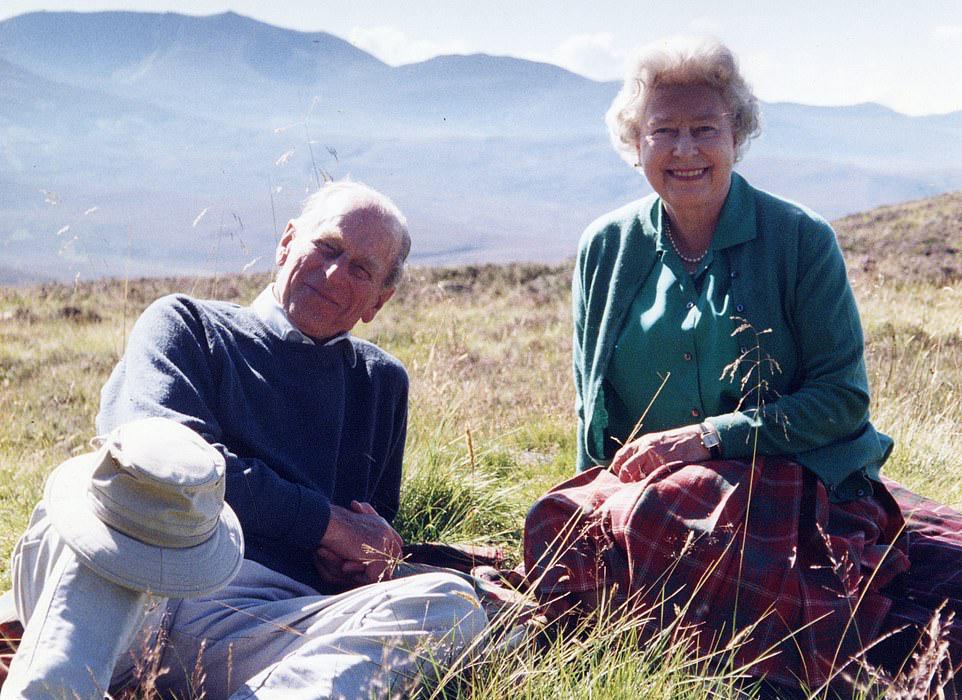 葬礼前数小时,英国女王伊丽莎白二世通过英国王室的社交媒体账号发布了一张珍贵的家庭照片,这是她与菲利普亲王2003年在苏格兰高地度假时拍摄的合影,是女王最喜欢的照片之一。照片显示,在明媚的阳光下,女王与菲利普亲王放松地坐在草地上,对着镜头微笑,身后是苏格兰高地的壮丽景色。