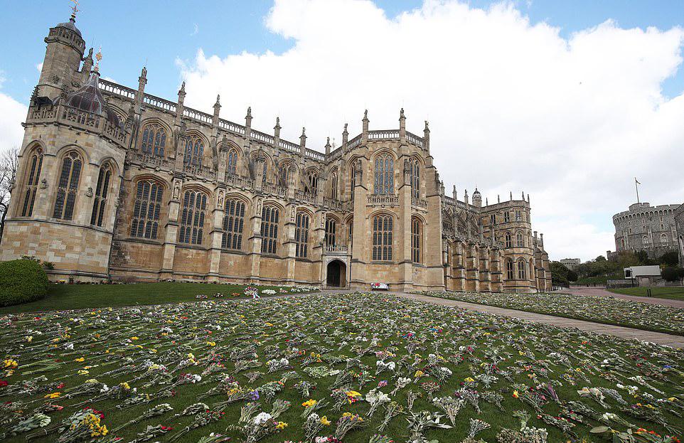 温莎城堡圣乔治教堂外的鲜花丛