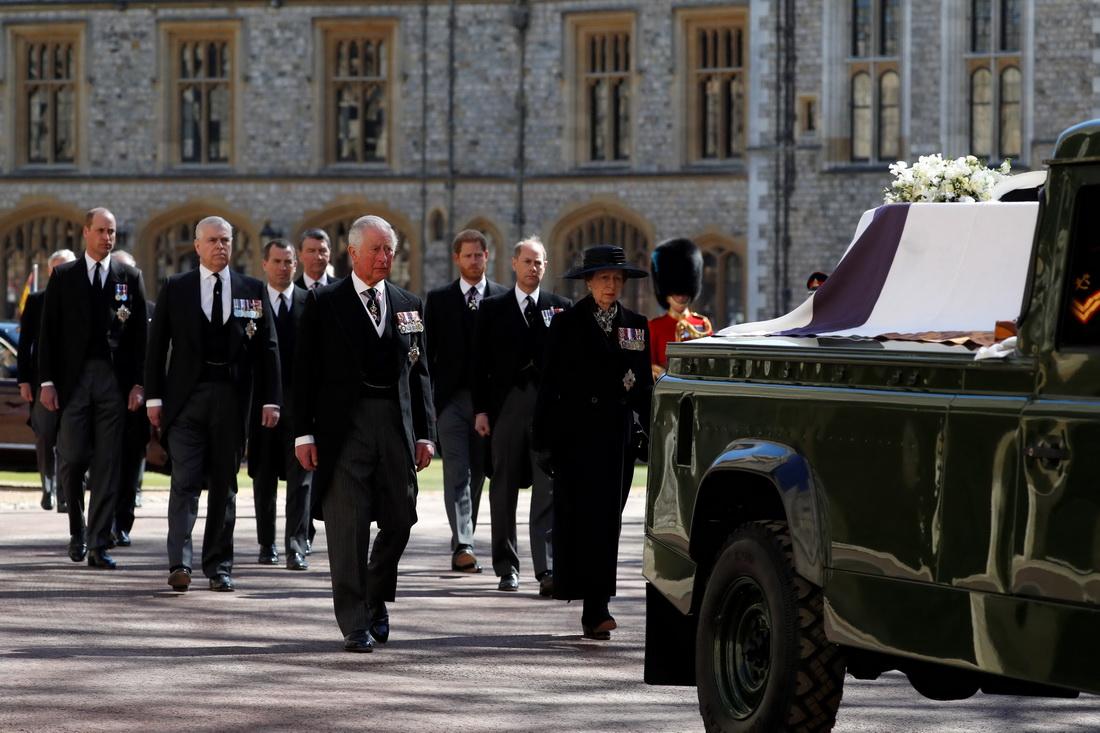 皇室队伍由英国王储查尔斯王子和安妮公主带头。