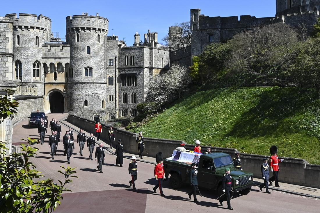 """菲利普亲王是路虎的忠实拥护者。运送灵柩的这辆军绿色路虎,后排改为了敞篷式并加装固定棺材的挡板,是菲利普亲王亲自参与改造设计的。据报道,他曾经和女王谈到葬礼仪式时对女王说:""""就把我留在路虎的后面,然后开车送我去温莎。"""""""