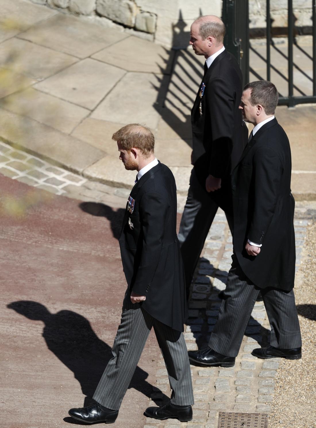 (从上之下)威廉王子、彼得·菲利普斯、哈利王子跟随菲利普亲王的灵柩来到圣乔治教堂。