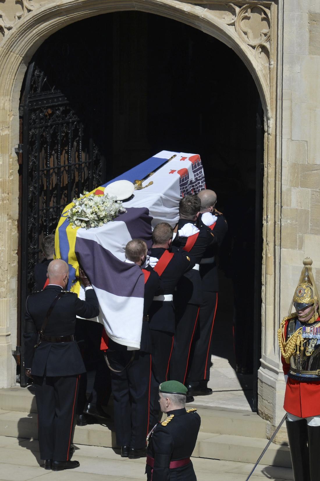 皇家海军陆战队扶柩者抬着棺材进入圣乔治教堂。