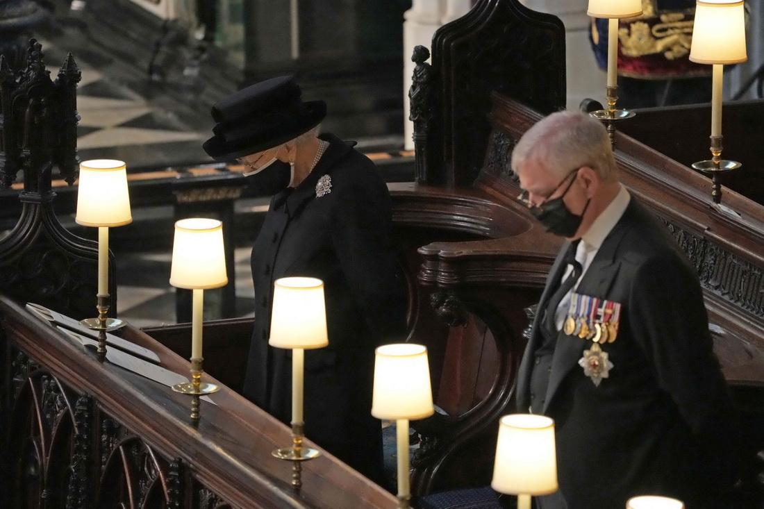 英国女王伊丽莎白二世(左)和英国约克公爵安德鲁亲王在爱丁堡公爵菲利普亲王的葬礼上默哀。