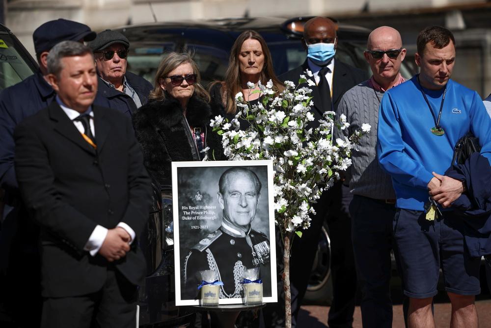 当地时间2021年4月17日,英国伦敦,菲利普亲王葬礼举行,英国民众默哀一分钟,悼念菲利普亲王。