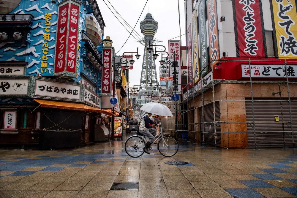 当地时间2021年4月17日,日本大阪,新冠疫情期间大阪商业街行人稀少。16日日本新增新冠确诊病例再次超过4000例,已连续3天超4000例。东京奥组委主席桥本圣子再次否认了奥运会可能取消的猜测。