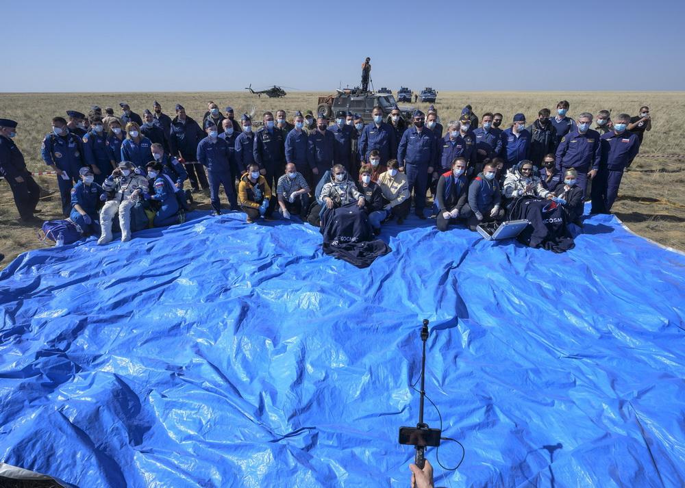"""当地时间2021年4月17日,哈萨克斯坦,据俄罗斯卫星网报道,搭载宇航员从国际空间站返回的""""联盟MS-17""""飞船,顺利在哈萨克斯坦着陆。"""