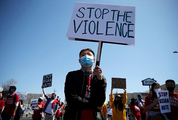当地时间2021年3月27日,美国洛杉矶,当地爆发亚裔反歧视大游行。人民视觉 资料图