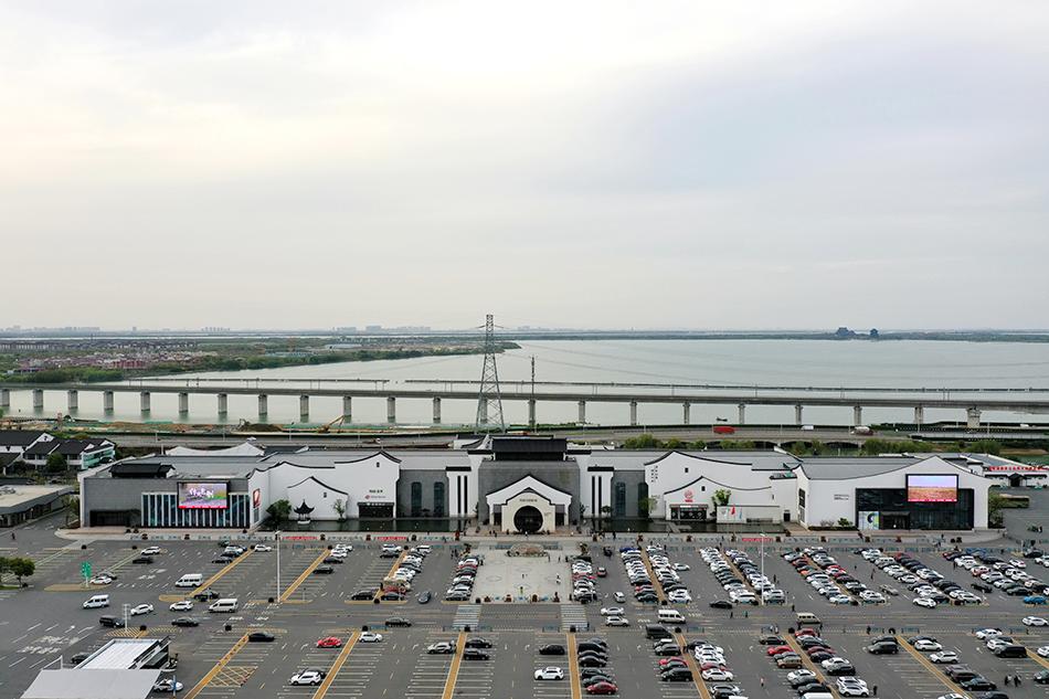 阳澄湖服务区总建筑面积4万平方米,停车场面积11万平方米,共有停车位559个。均单日入区车辆达1.4万辆次。