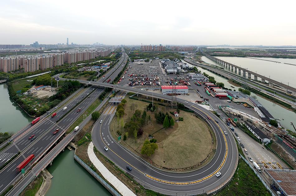 这座位于江苏苏州工业园区唯亭镇的阳澄湖高速服务区,是京沪高速和沪蓉高速重合路段的重要节点,它也彻底改变了民众对服务区的刻板印象,成功变身成苏州旅游景点。