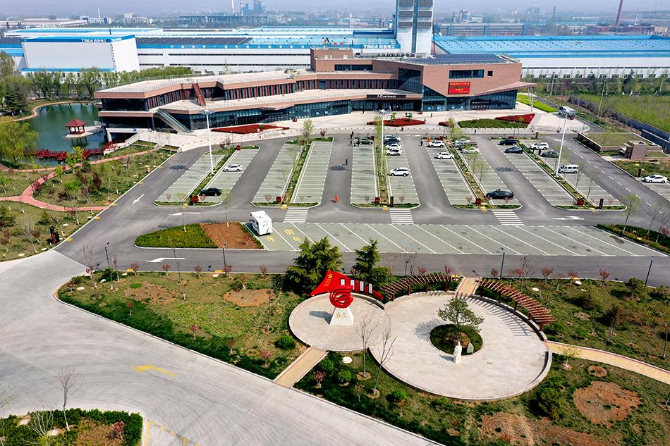 新汶服务区的党建公园一角。