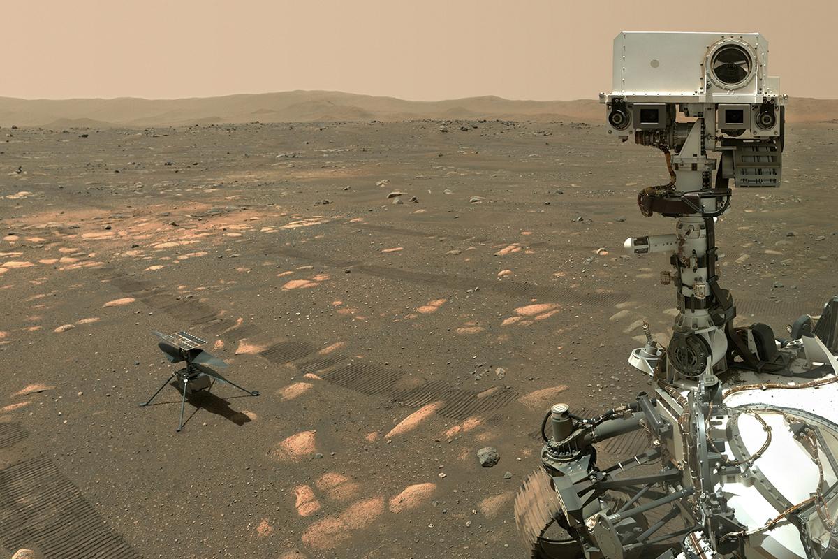 """当地时间2021年4月6日,""""毅力号""""火星车的自拍展示了探测器及""""机智""""号直升机。"""