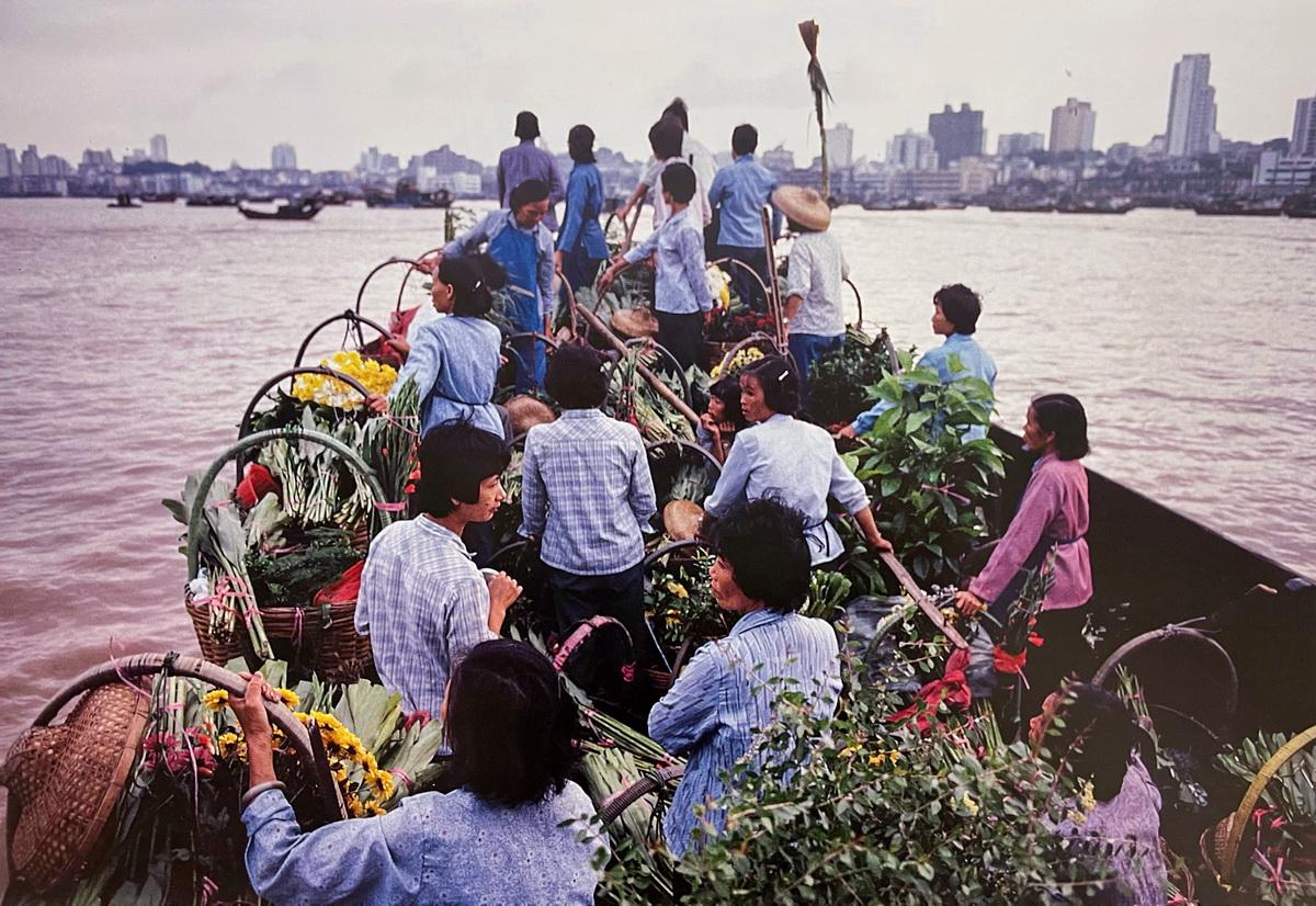 1985年,珠海的花农每天清晨渡海去澳门卖花。珠海市湾仔区是鲜花产地,每天向澳门大量供应鲜花。湾区,历史上早已水乳交融。安哥 摄